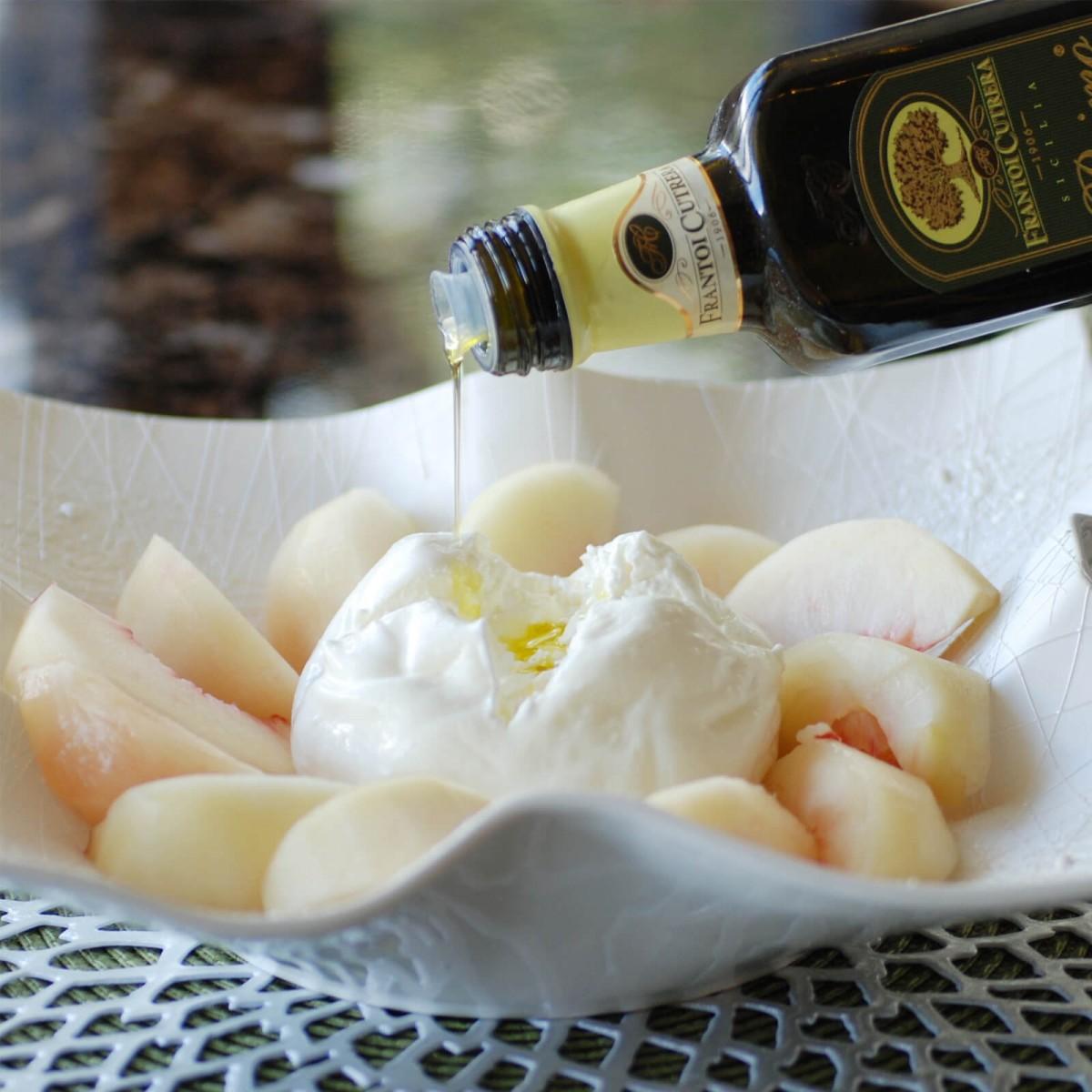 桃とブッラータのカプレーゼ