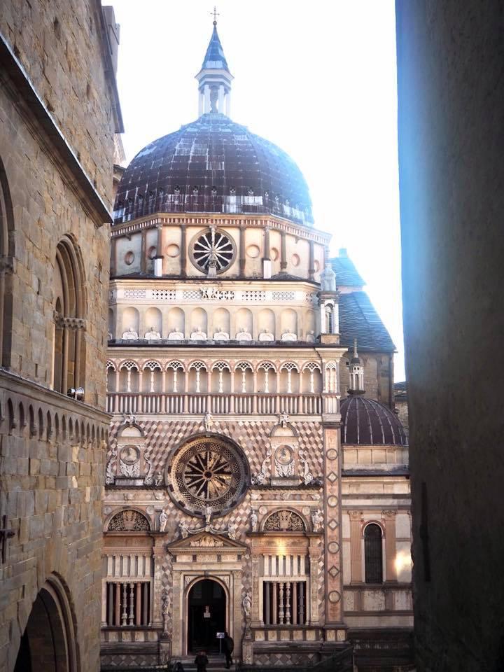 広場の奥にあるコッレオーネ礼拝堂