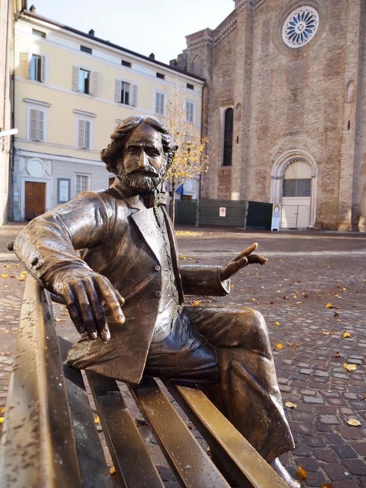 Casa della Musica前のベンチでジュゼッペ・ヴェルディと記念撮影できます