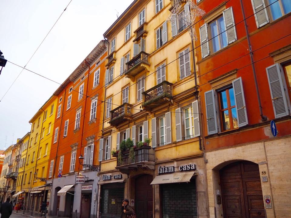 カラフルな建物が美しいパルマの街並み