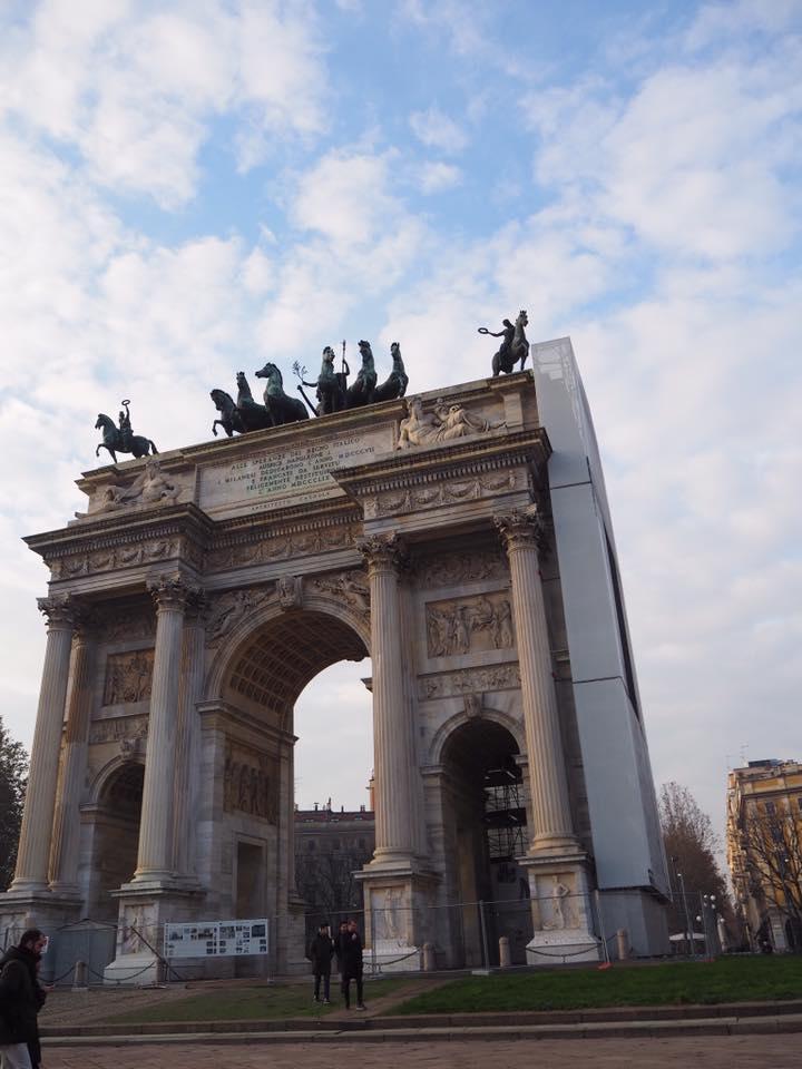 スフォルチェスコ城の裏手にある公園を散歩して、反対側にある平和の門(Arco della Pace)