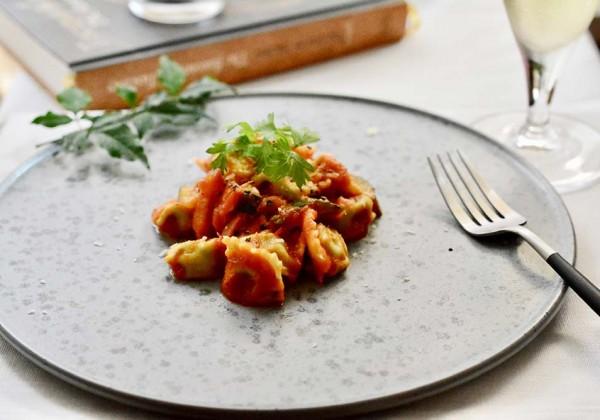 バジルペーストのプリン ズッキーニとベーコンのトマトソース