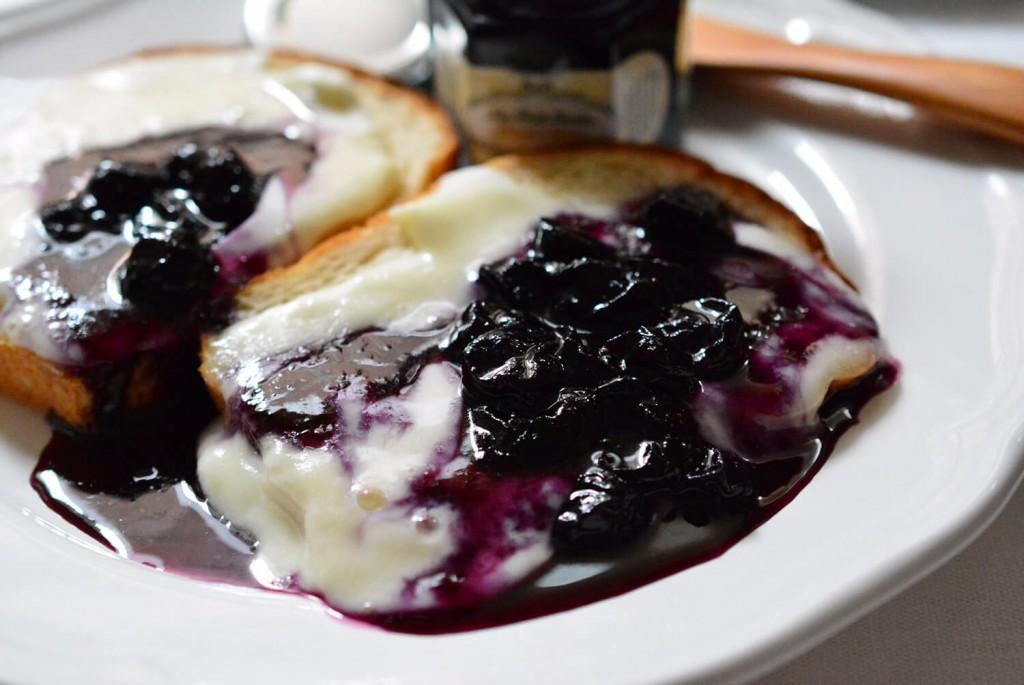 水牛モッツァレラチーズと自家製ブルーベリージャムのトースト