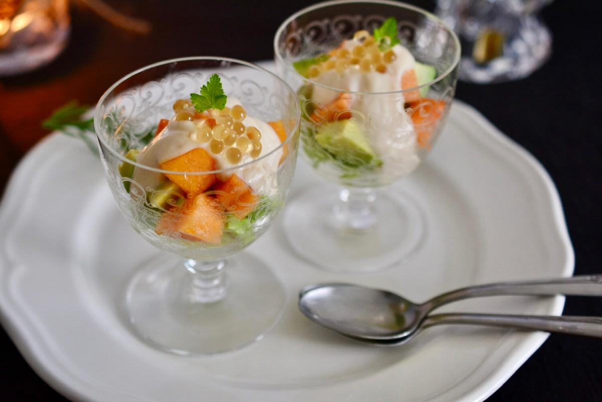 バルサミコパール乗せ アボカドと季節の果物、豆腐ソース