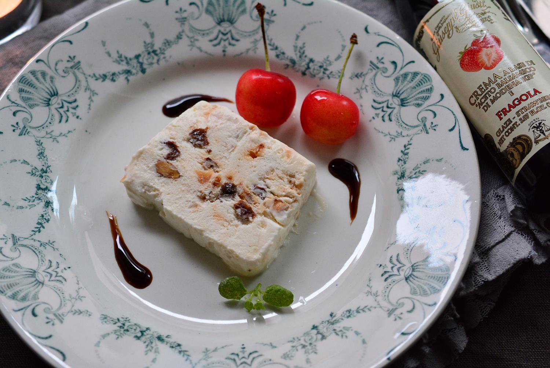 キャラメルアーモンド入りセミフレッド いちごのバルサミコ酢ソース