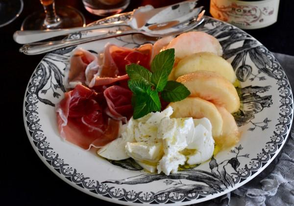 桃とモッツァレラ、プロシュートの前菜