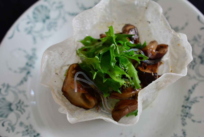 椎茸のサラダ ライスペーパーの器